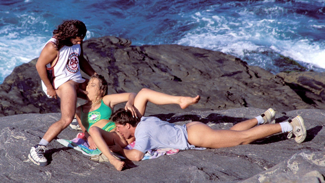 Lydia mirando al mar se monta un trío para darle a su felpudo y ojal un DP con brío