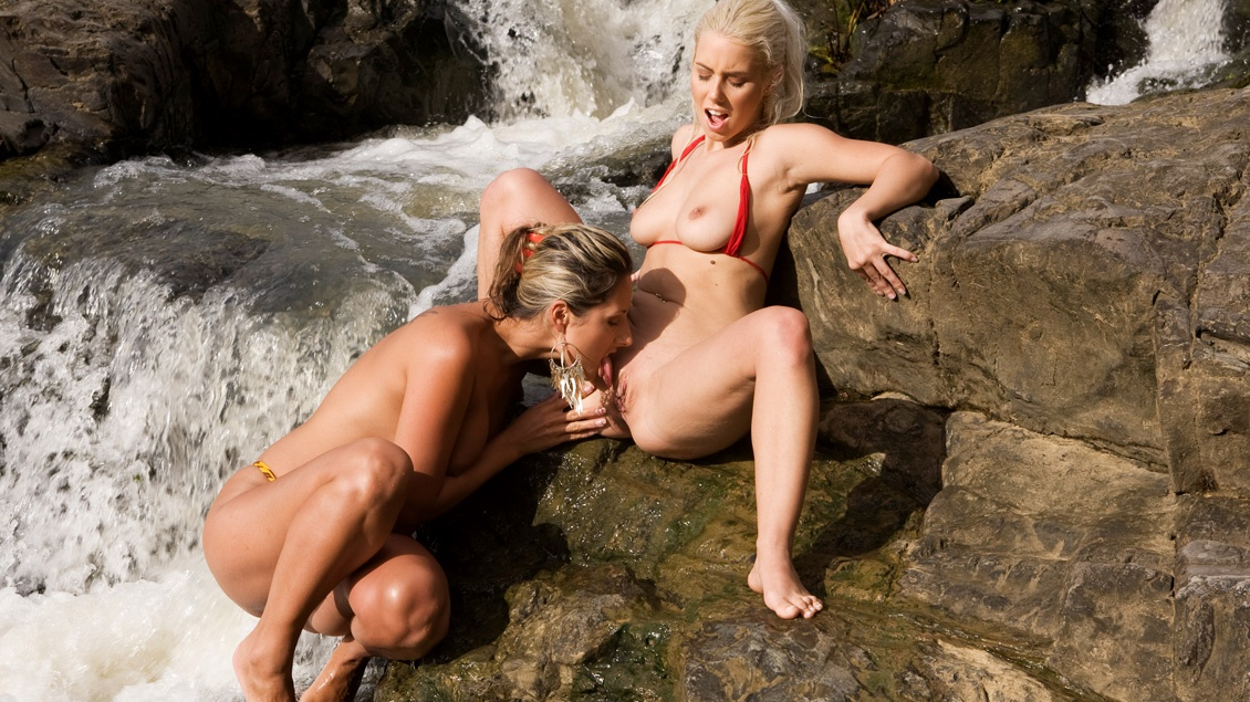 Daria Glower and Nesty Masturbate and Finger Snapper While Outdoors