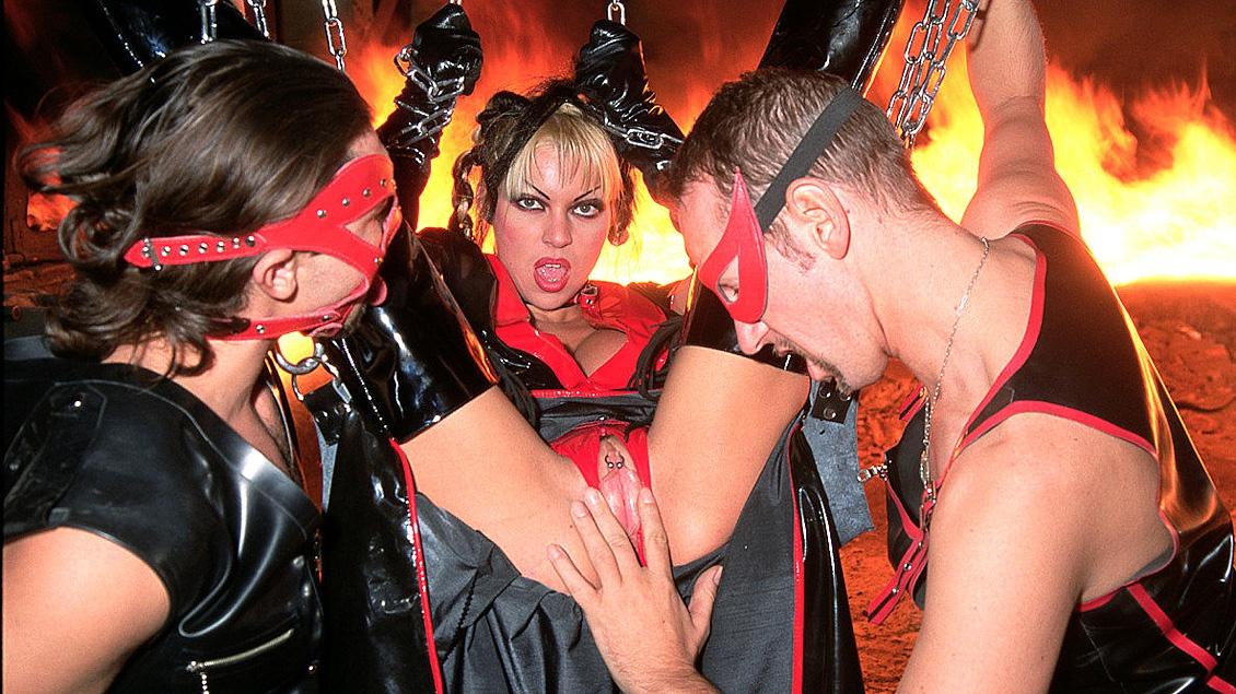 Scène fétichiste avec Monique Covet qui domine avec deux autres filles un esclave prêt à tout