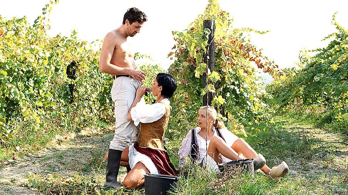 Alicia und Katerina machen ein Picknick und bekommen von einem Fremden den Schwanz in Ihre Ärsche