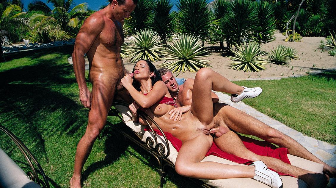 Cindy genießt heißen Dreier am Pool - sie bläst zwei Schwänze und wird doppelt gefickt