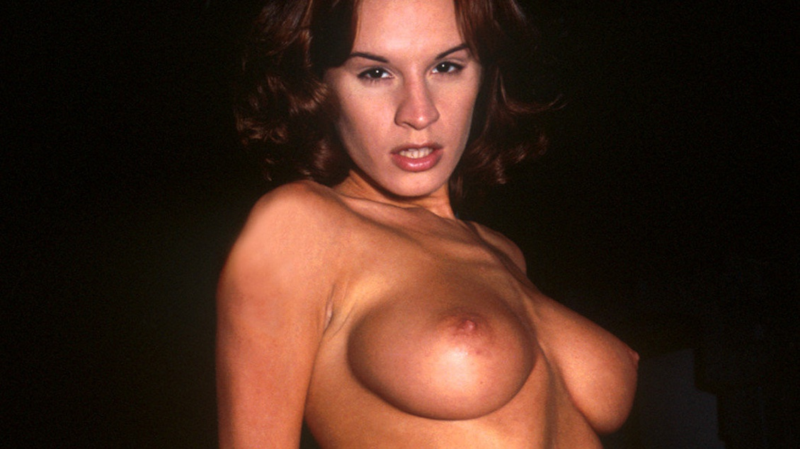 Wanda Curtis, une brunette aux gros seins se déshabille devant les caméras du FBI