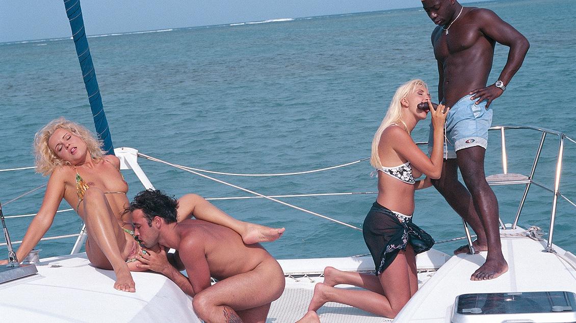 Kyra et Sheena Pearl sucent des bites lors d'un plan à 4 sur un Yacht