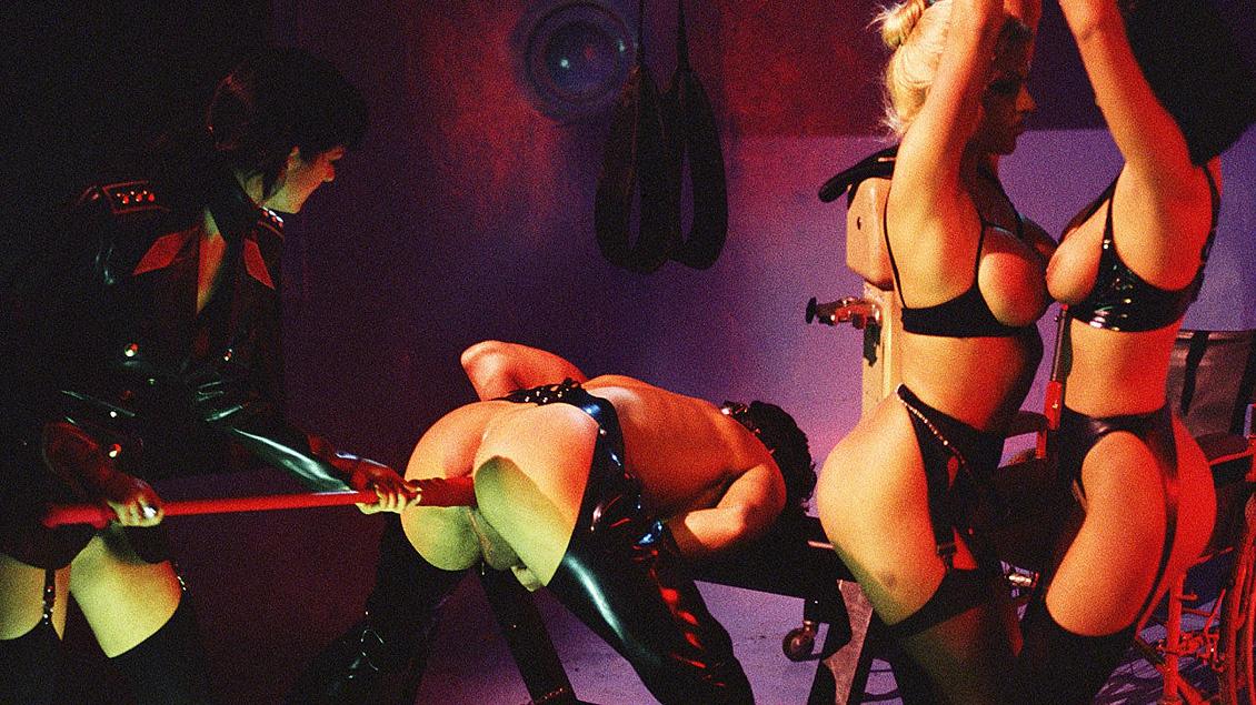 BDSM kwartet met Anita Monique en Violet. In hun geile leren pakjes likken en pijpen ze er op los