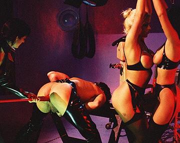 Private  porn video: Anita Black, Monique Covet y Violet Storm dejan sus fantasías volar y se follan a un sumiso