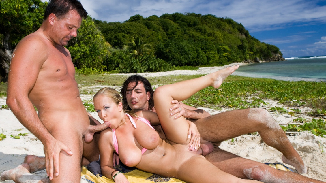 La blonde ultra sexy Jessica Moore prend son pied en étant doublement baisée sur la plage