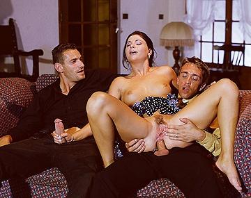 Private  porn video: Jessica Fiorentino geeft twee handjobs en twee blowjobs na een MMF trio met DP