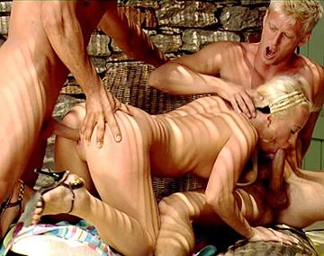 Private HD porn video: Denis trägt Carla auf den Schultern zu geilem Dreier