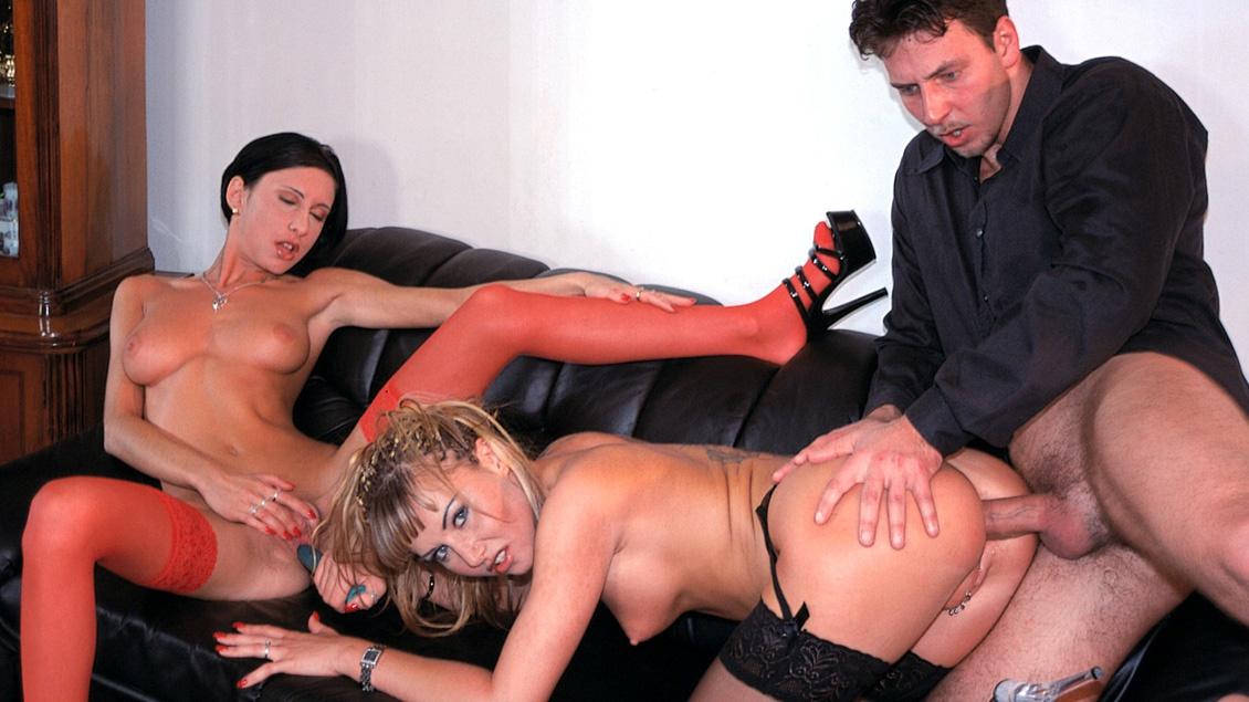 Sandra Iron en Angelica delen in MFF trio hun gepiercede natte kutjes en harde anale sex
