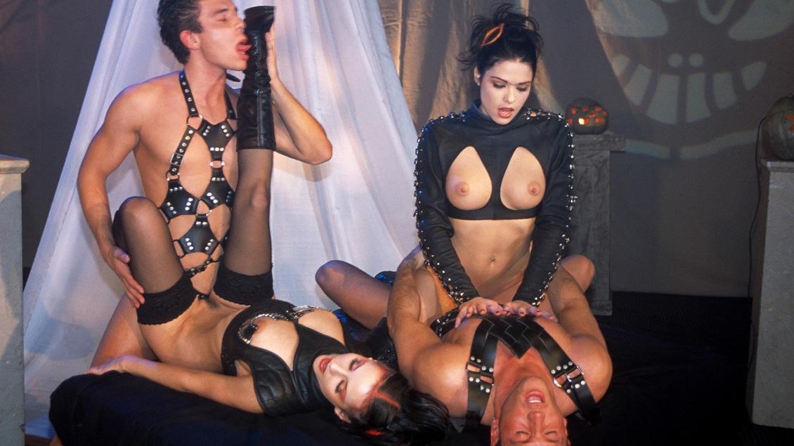 Michelle Wild en Niki Belucci likken het sperma uit elkaars mond na een MMFF kwartet