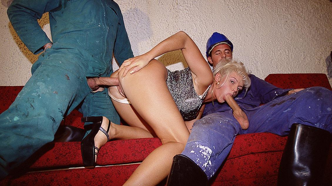 Die blonde Christine bekommt gleich zwei Rohre in Ihre Löcher verlegt