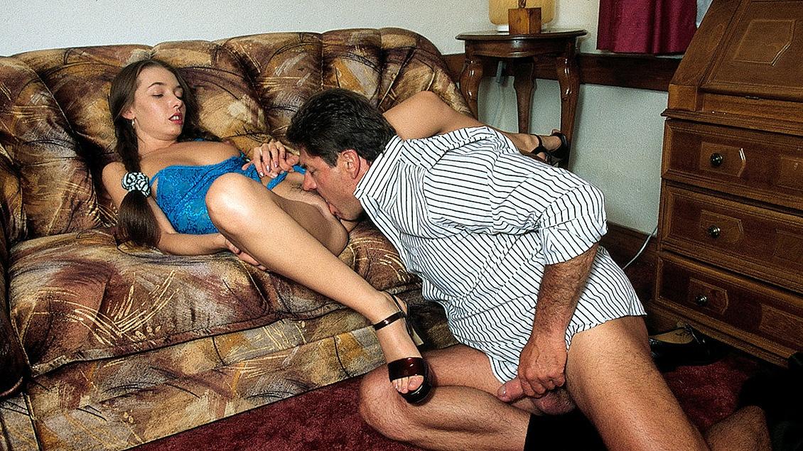 Teenager Meri lutscht einem älteren Mann den Schwanz und lässt sich in den Arsch ficken