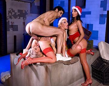 Private  porn video: Helena Sweet, Lucy Belle en Stella Delcroi geven een hulpje van de kerstman een geile blowjob