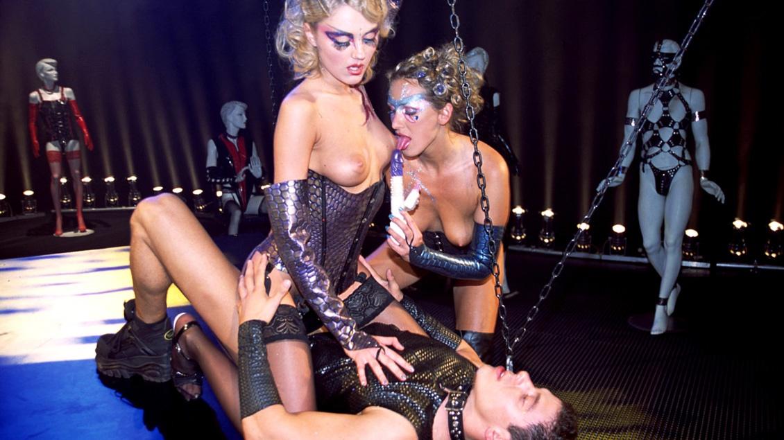 Blonde Mandy Bright en Nicole gebruiken een dildo en een lul voor DP in een FFM trio