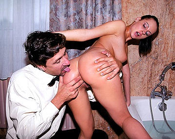 Private  porn video: Michelle Wild neemt een bad en laat haar tieten zien voordat ze anaal goed geneukt wordt