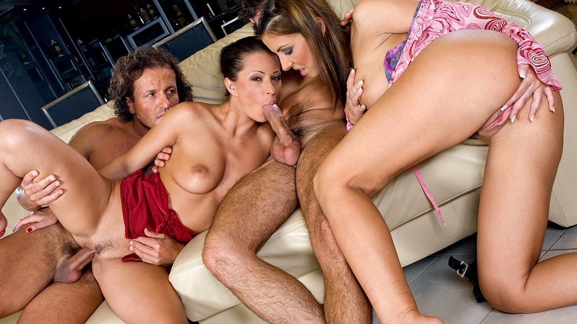 Maria Bellucci y Tera Bond en la orgía del salón, se comen y les enchufan más de un pollón