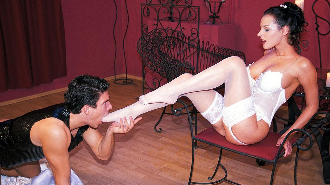 Simony wird gleichzeitig hart von zwei dicken Schwänzen bedient, und saugt das Sperma vom Finger