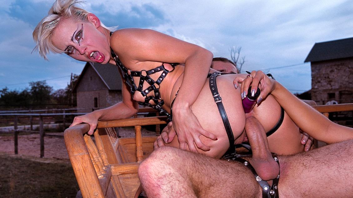 Melinda, Dina Pearl y Michelle Wild, se rebelan en la granja en una orgía fetichista con anal y DP