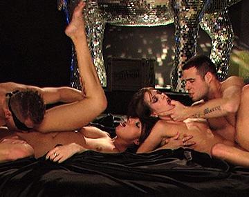 Private HD porn video: Leony April en Stracy pijpen en hebben een hardcore MMFF kwartetje