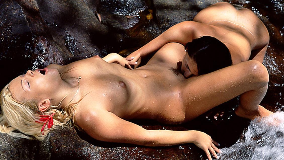 Sunny Blue en Yasmine leven zich uit in orale lesbische sex in de buitenlucht