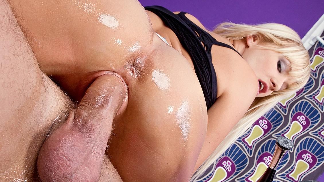 Natalli Di Angelo oefent voor een anale gangbang