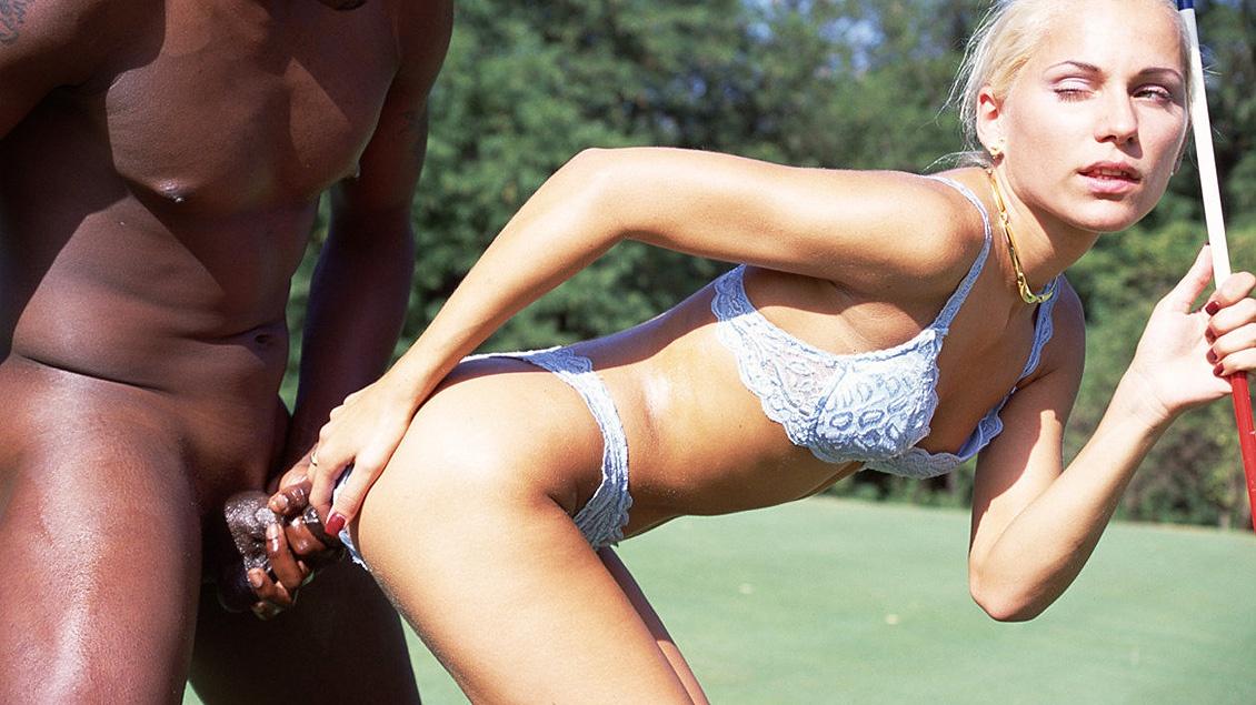 Sylvia Sun aime se faire trouer l'anus sur ce golf