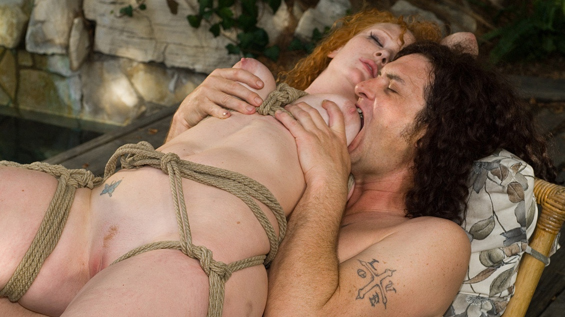 Audrey Hollander suspendida con cuerdas y follada salvajemente