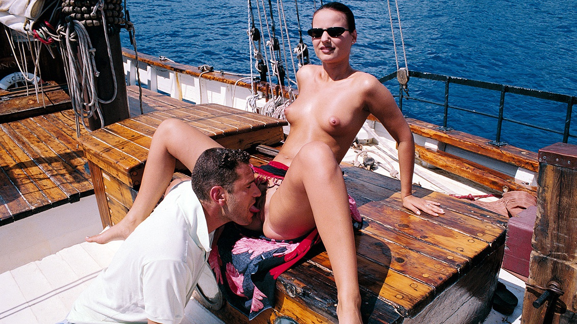 Een paartje kijkt vanaf een boot naar spelende dolfijnen en hebben prima sex