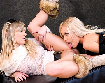 Private  porn video: Lesbians Keana Moire and Rose Let You Watch a Close up of Cunnilingus