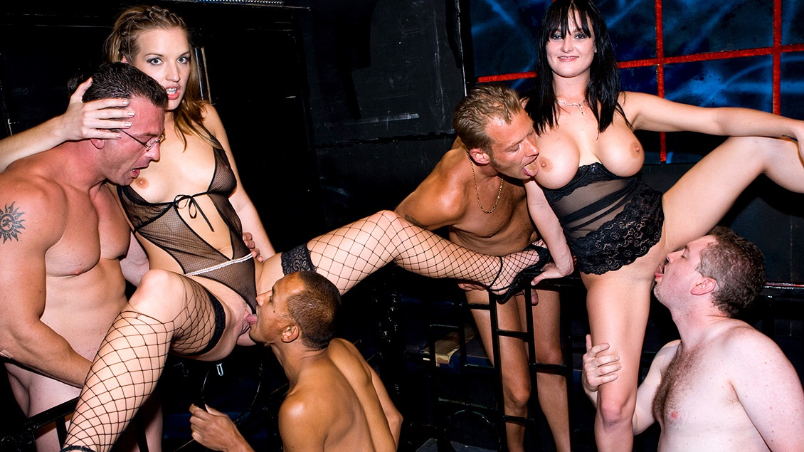 Anita und Ihre geilen Freundinnen bekommen bei einer Orgie alle Löcher tief gestopft