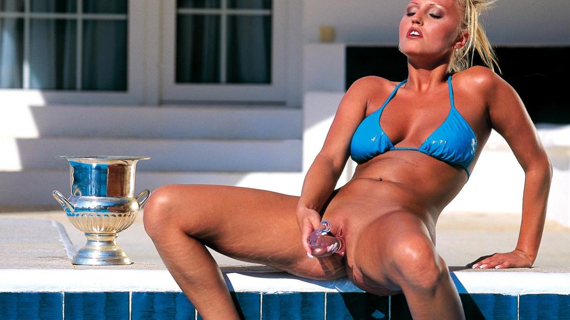 Myli masturbeert bij het zwembad met haar toy net zolang totdat ze een echte pik krijgt
