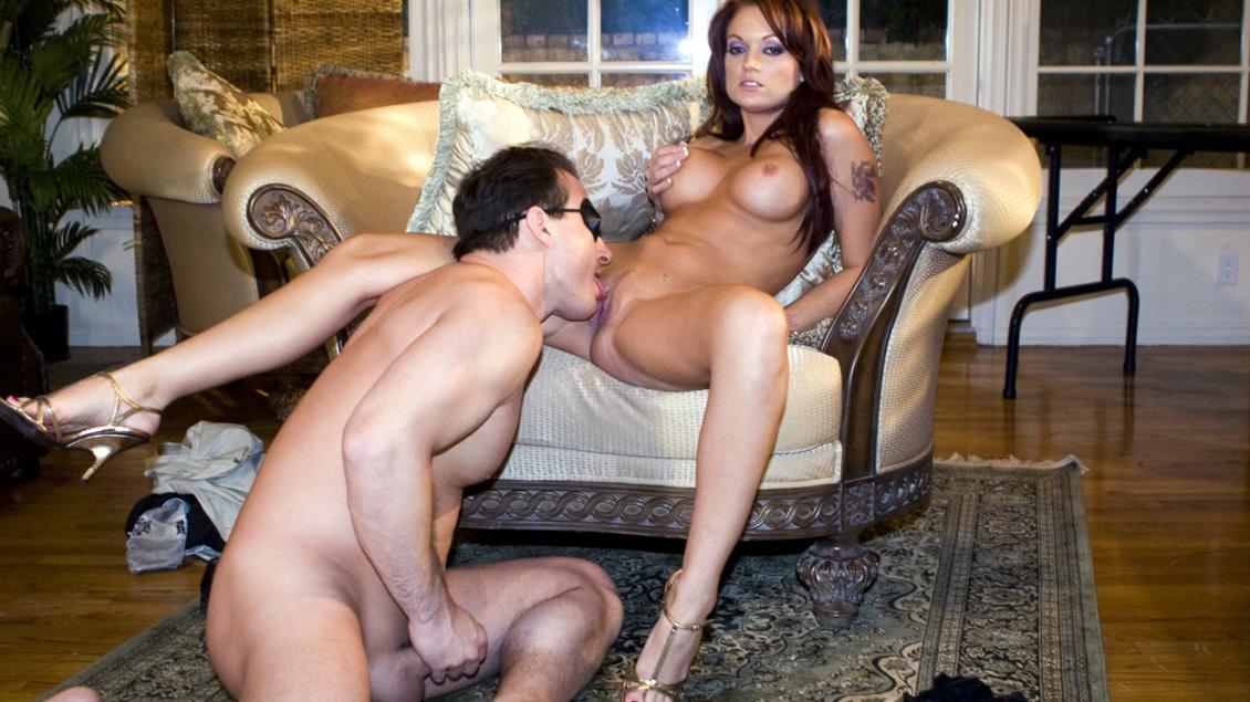 Die geile rothaarige Monica reibt sich die Muschi während sie einen dicken Schwanz drin stecken hat