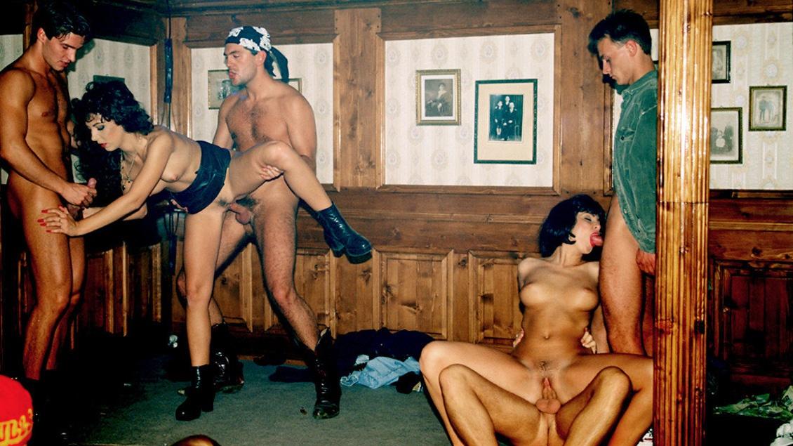 Bei dieser Gruppensex-Orgie bekommen die geilen Kerle ihre Schwänze von drei Ludern geblasen