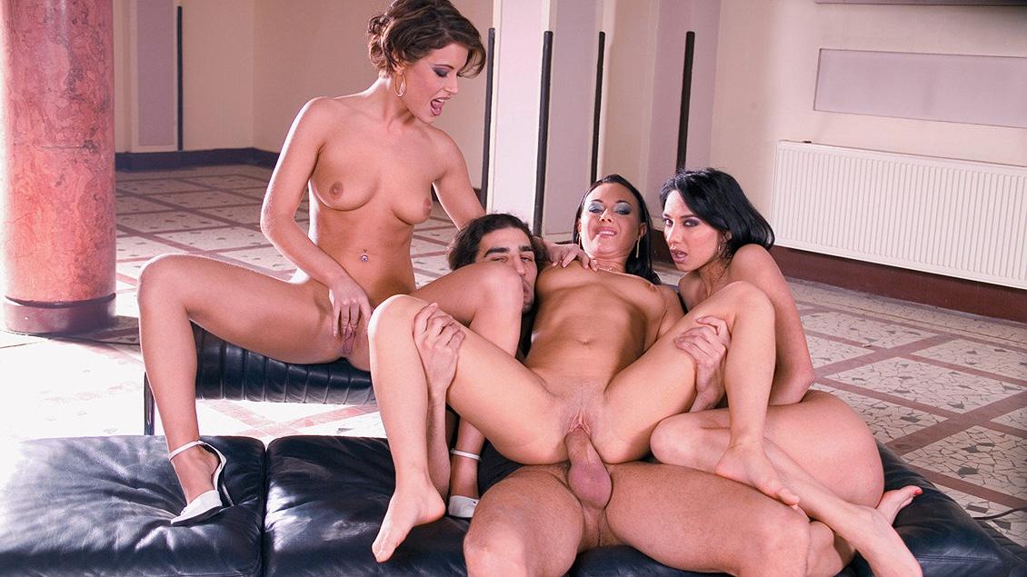 Seul avec trois jolies jeunes femmes, dont Lara Stevens et Lora Craft
