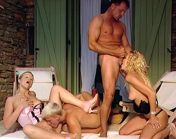 Private HD porn video: Sandra y Mia tienen sexo en grupo en el patio
