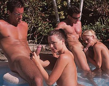 Private  porn video: Op de rand van het zwembad hebben Jessica Fiorentino en Sue Diamond een MMFF kwartet met facial