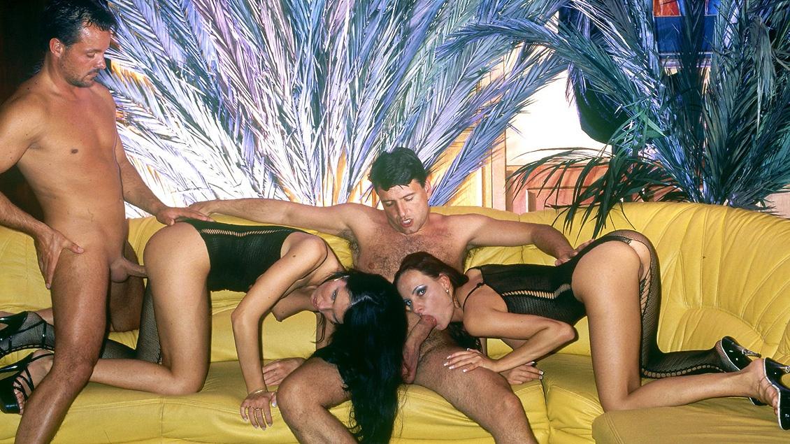 Angelique y Gloria con trajes de rejilla folladas por tres tíos