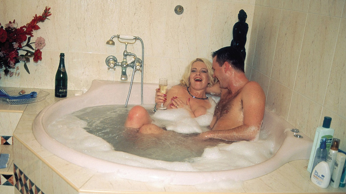 Una ducha caliente con la madurita Lara