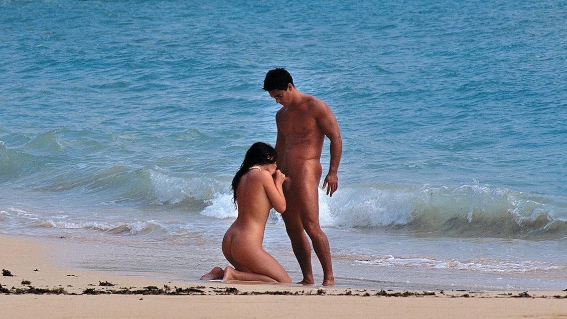 Jessica Fiorentino en una playa tropical le revientan el ojal