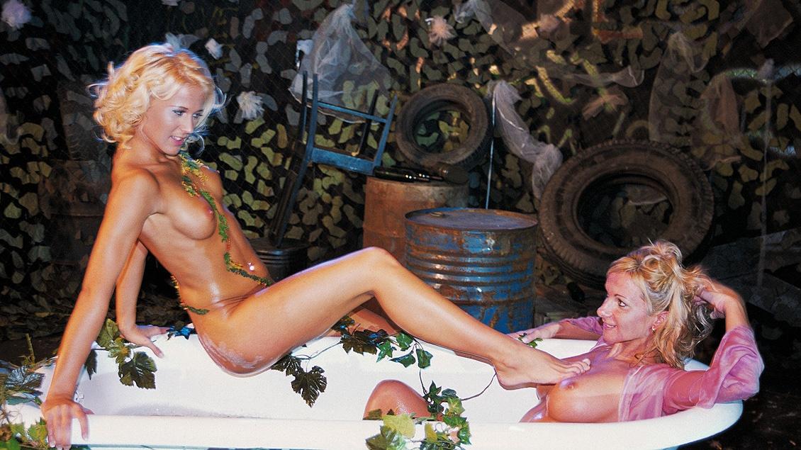Les deux blondes Dorina et Judy s'amusent avec des godes pour baiser