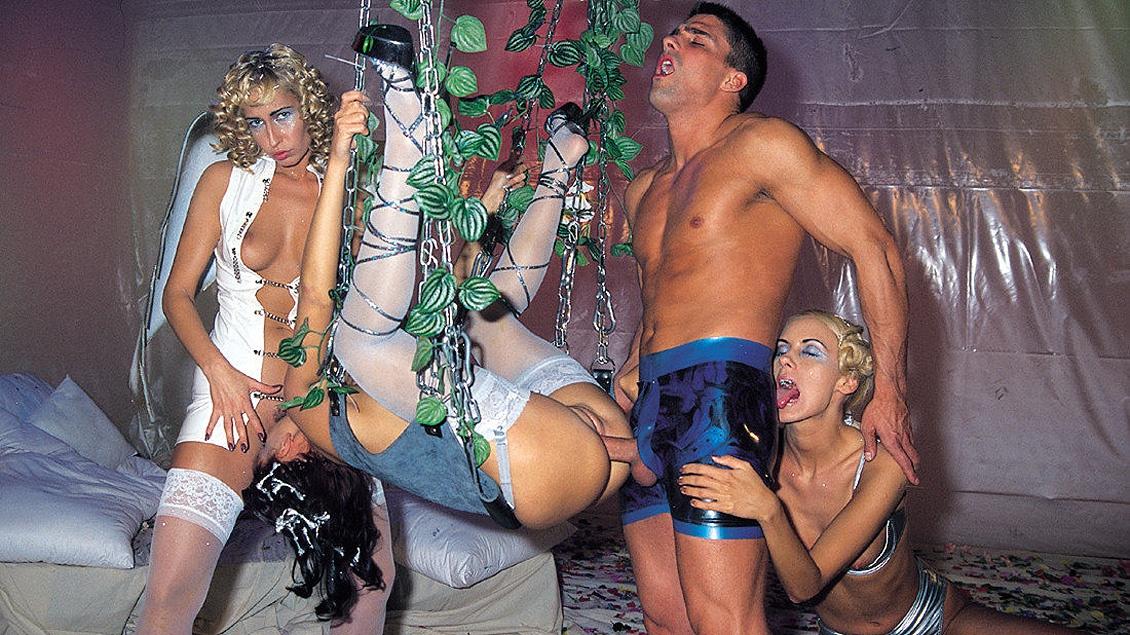 Geile Sophie Evans neukt en pijpt er op los met haar vrienden in een geile fantasy orgie