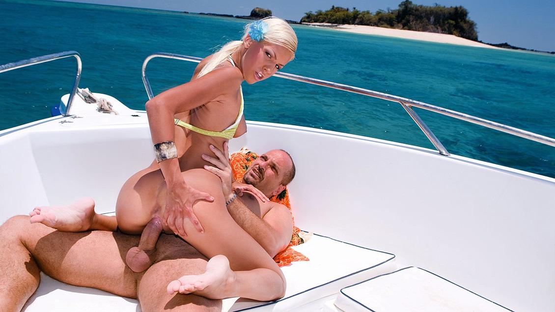 Ein Schnellboot ist der perfekte Ort für harten Sex mit Boroka