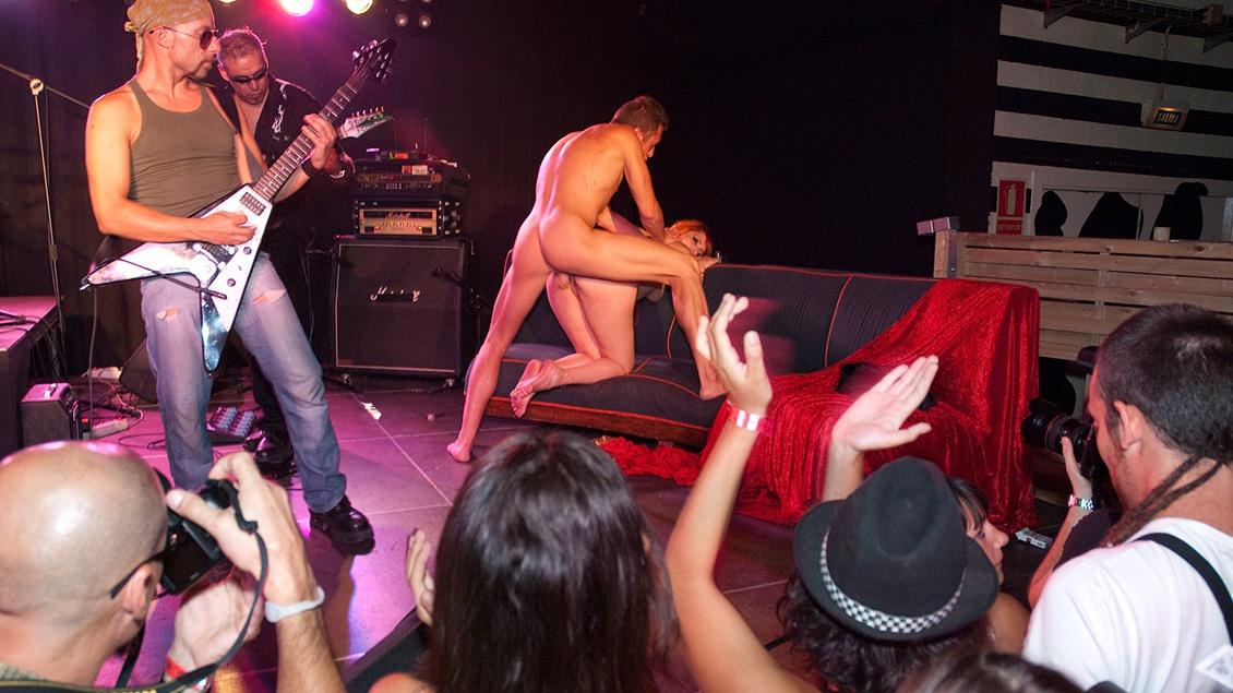 Diana Dean, Evita de Luna en Laia Prats hebben een rockster orgie op het podium