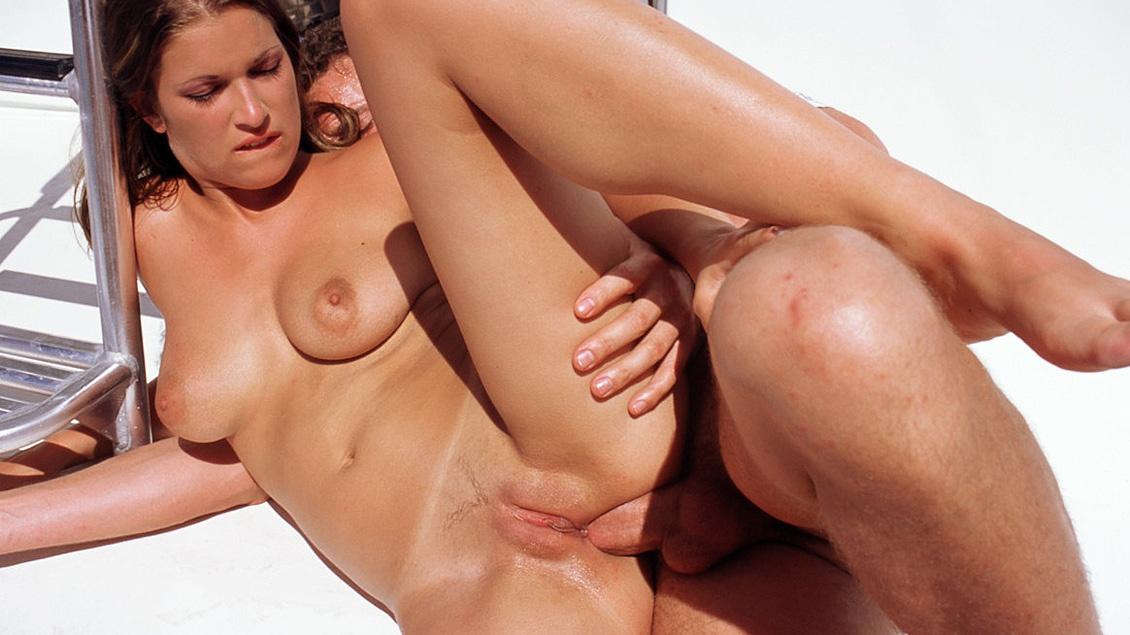 Natalka, 18 años, rasurada y navegando una polla en el culo le va dando