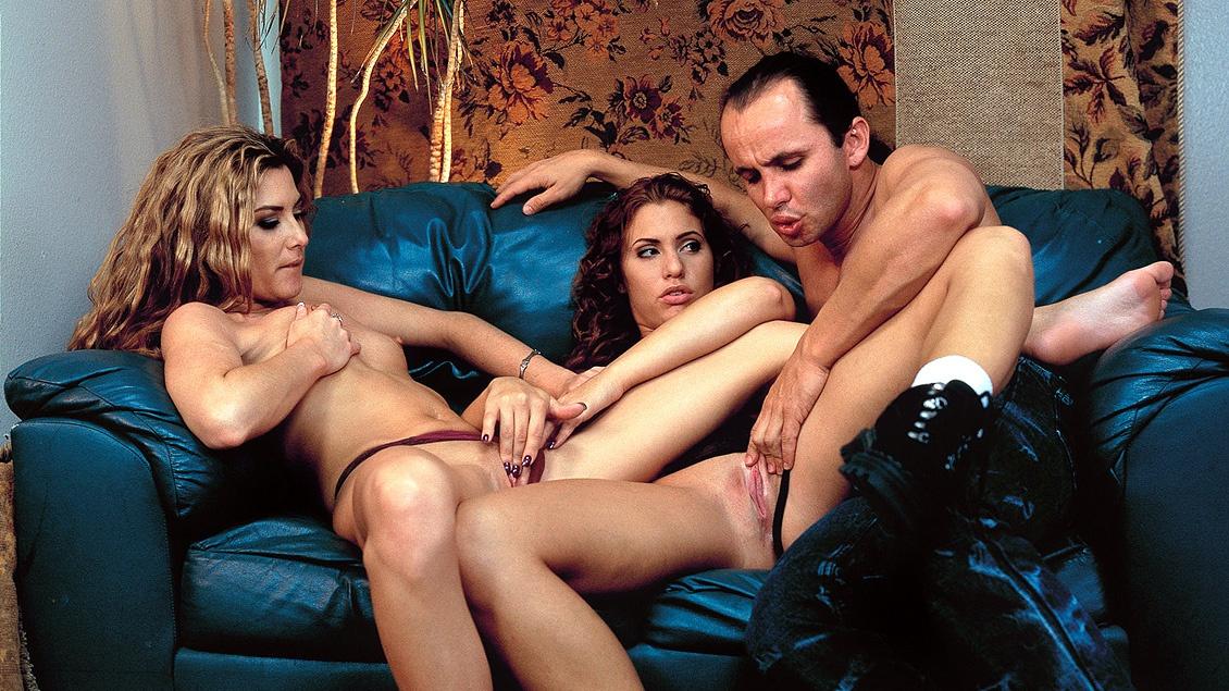 Deze geile brunettes in dit MFF trio geven blowjob en krijgen anale sex met facial op een glibberige bank