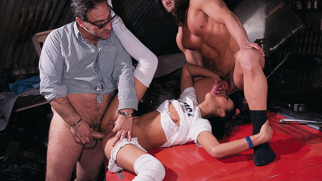 Olivia Del Rio pijpt drie pikken op een sloperij en krijgt als beloning hun facials