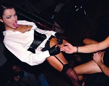 Private  porn video: Katerina Porte Des Collants Sexy Tout En Se Faisant Baiser Par Les Deux Trous