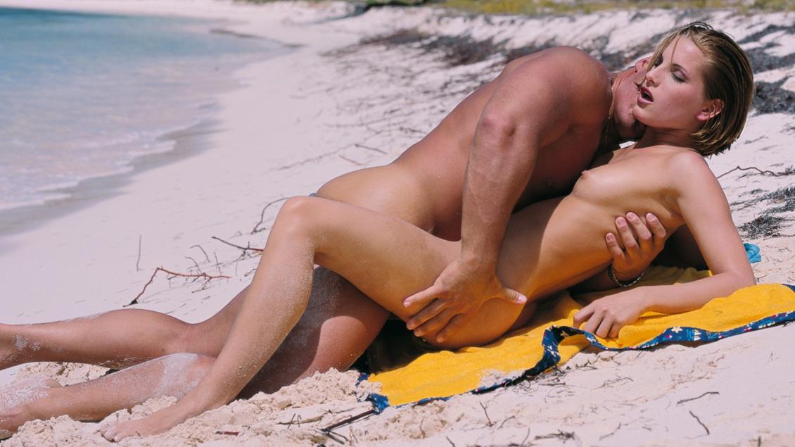 Petra Short krijgt zand in haar poesje als ze op het strand sex heeft