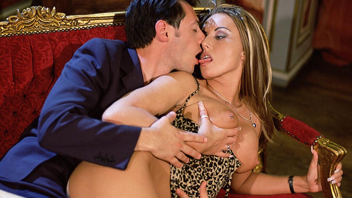 Jessica Fiorentino y la anillada Sandra Iron enculadas