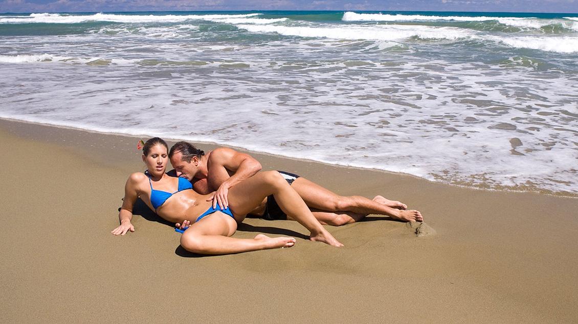 Jennifer Stone wird am Strand durchgevögelt bevor auf Ihrem geilen Körper abgespritzt wird